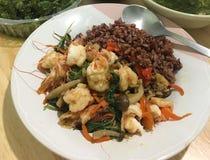 Riz brun avec le basilic de crevette frit par émoi, nourriture thaïlandaise photographie stock libre de droits