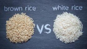 Riz brun contre le riz blanc photos stock