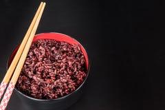 Riz brun dans la cuvette Photographie stock libre de droits