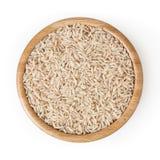 Riz brun dans la cuvette en bois d'isolement sur le blanc images stock