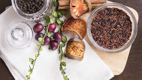 Riz brun, peper noir, balefruit sec, cannelle, raisin, herbes Photographie stock