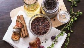 Riz brun, peper noir et huile d'olive sur la configuration d'appartement de hachoir Photo libre de droits