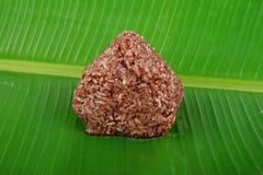Riz brun sur la feuille de banane Photos stock