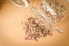 Riz brun sur la table en bois Images stock