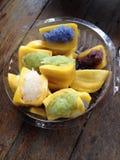 Riz collant coloré d'arc-en-ciel avec de la crème de noix de coco à l'intérieur du fruit de cric Photos stock
