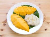 Riz collant de mangue Dessert thaïlandais de style, mangue avec du riz visqueux images stock