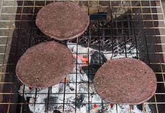 Riz collant noir avec les graines de sésame dans un mortier photo stock