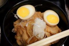 Riz complété avec du porc et l'oeuf à la coque coupés en tranches Photo stock