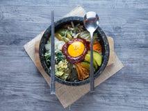 Riz coréen mis avec les légumes et l'oeuf avec de la sauce coréenne photos libres de droits