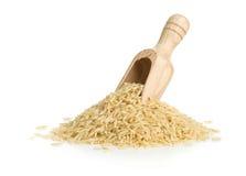 Riz cru brun naturel dans le scoop en bois photographie stock