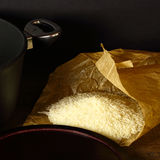 Riz cru sur le sac de papier, fond de darck Image stock