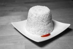 Riz cuit à la vapeur avec un piment rouge Photo stock