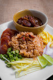 Riz cuit mélangé avec la pâte de crevette ka pi), bruit thaïlandais (de Khao Clook Images stock