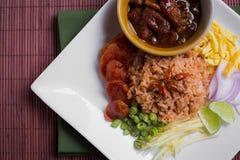 Riz cuit mélangé avec la pâte de crevette ka pi), bruit thaïlandais (de Khao Clook Images libres de droits