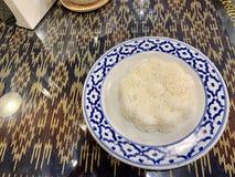 Riz cuit, partie principale du thailandais, cru photographie stock