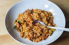 Riz délicieux avec les légumes et les saucisses cuits Images stock