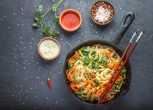 Riz d'amidon, nouilles de pomme de terre avec des légumes Photographie stock libre de droits