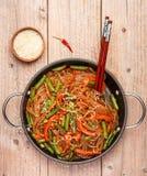 Riz d'amidon, nouilles de pomme de terre avec des légumes Images stock