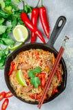 Riz d'amidon, nouilles de pommes de terre avec du boeuf et légumes Image stock