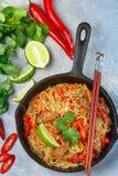 Riz d'amidon, nouilles de pommes de terre avec du boeuf et légumes Photographie stock libre de droits