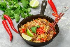 Riz d'amidon, nouilles de pommes de terre avec du boeuf et légumes Photo stock