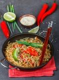 Riz d'amidon, nouilles de pommes de terre avec du boeuf et légumes Image libre de droits