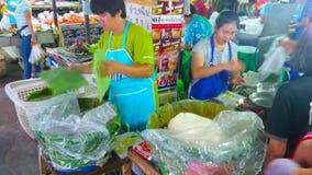 Riz dans des feuilles de banane, marché de Ratsada, Lampang, Thaïlande clips vidéos