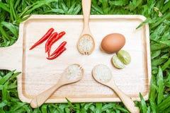Riz dans la cuillère en bois avec des ingrédients de nourriture images libres de droits
