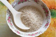 Riz dans un grand plat blanc avec la cuillère Images libres de droits