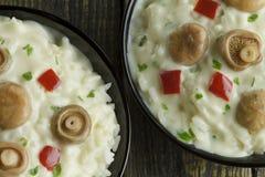 Riz de champignon de chapeau de lait de safran avec de la sauce au vin blanche Images libres de droits