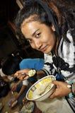 Riz de dîner de nourriture de femmes de reggae de la Thaïlande Photo libre de droits