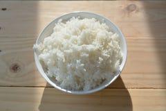 Riz de jasmin dans la tasse blanche Images libres de droits