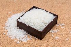Riz de Jusmine dans la boîte en bois Photos stock