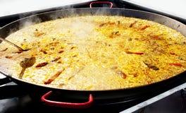 Riz de Paella de Valence Espagne faisant cuire dans le grand carter Photo libre de droits