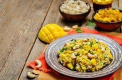 Riz de poulet de cari avec la mangue et le persil photographie stock