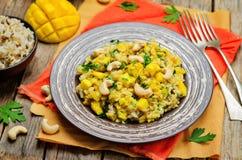 Riz de poulet de cari avec la mangue et le persil photos stock