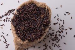 Riz de Riceberry dans la vue supérieure de sacs Photo libre de droits
