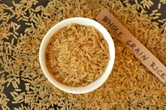 Riz entier de grain dans la cuvette Photos stock