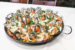 Riz espagnol délicieux de Paella avec la crevette rose, moules, calmars dans la casserole Photos libres de droits
