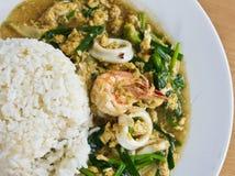 Riz et cari allumés par fruits de mer Image libre de droits
