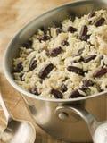 Riz et haricots dans une casserole photographie stock