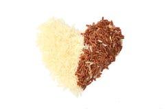 Riz et riz brun dans la forme de coeur Image libre de droits