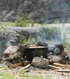 Riz faisant cuire de la manière traditionnelle Image libre de droits