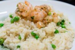 Riz frit avec des crevettes et des légumes, plat de plan rapproché Photographie stock