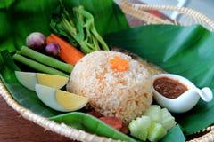 Riz frit avec le style thaïlandais de pâte de piment maquereau, oeuf à la coque et légumes dans des feuilles de banane Nourriture Photos libres de droits