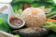 Riz frit avec le style thaïlandais de pâte de piment maquereau, oeuf à la coque et légumes dans des feuilles de banane Nourriture Image libre de droits
