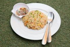 Riz frit avec les légumes et la saucisse image stock
