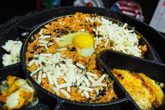 Riz frit coréen avec du fromage et l'oeuf photographie stock