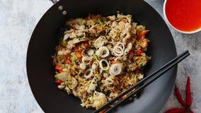 Riz frit délicieux avec le poulet dans le wok clips vidéos