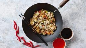 Riz frit délicieux avec le poulet dans le wok banque de vidéos